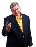 Fälliger Geschäftsmann, der entlang des Handys, getrennt anstarrt Lizenzfreies Stockbild