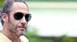 Fälliger Mann mit Sonnenbrillen Lizenzfreie Stockbilder