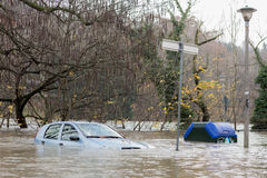Flloding στο Τορίνο, Ιταλία: αυτοκίνητο κάτω από το νερό Στοκ εικόνες με δικαίωμα ελεύθερης χρήσης
