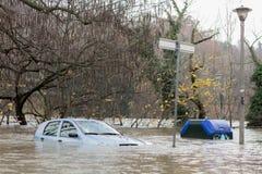 Flloding in Turin, Italien: Auto unter Wasser Lizenzfreie Stockbilder