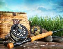 Flly fiskeutrustning och korg Arkivfoto