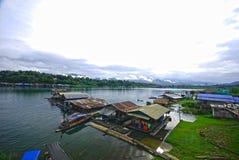 Floß auf dem Fluss in Sangkhlaburi Lizenzfreies Stockbild
