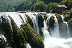 Floß oben Strbacki Buk des Wasserfalls Lizenzfreie Stockbilder