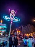 Flo的V-8咖啡馆在晚上在迪斯尼加利福尼亚冒险公园的Carsland 免版税库存照片