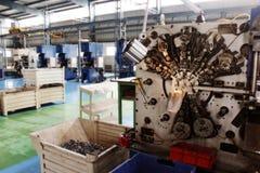 Flo des véhicules à moteur d'usine de machines de commande numérique par ordinateur de haute précision Photos stock