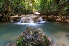 Flo scenico di effetto di superficie di luce solare della natura della cascata di Huaymaekamin Fotografia Stock