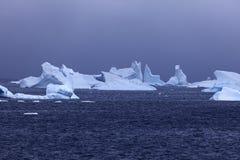 Floatin del hielo en las aguas antárticas foto de archivo libre de regalías