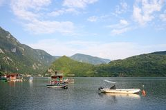 Floating houses and boats on Drina river Royalty Free Stock Photos