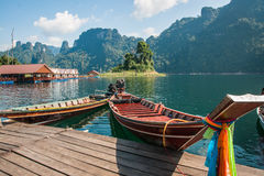Floating houses and long tail boats at Chieou Laan lake Royalty Free Stock Photos