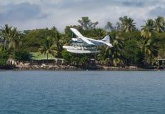 Floatplane着陆在热带斐济 库存图片