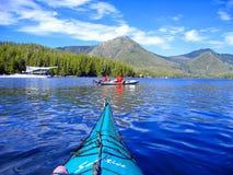 Floatplane och kajaker på den Hot Springs lilla viken, Clayoquot ljud, Vancouver ö Arkivbilder