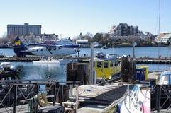Floatplane und Boote angekoppelt am Pier lizenzfreie stockbilder