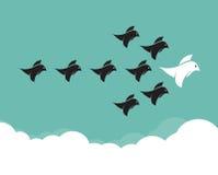 Flock av fåglar som flyger i himlen stock illustrationer