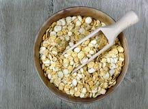 Flocken von Erbsen in einer Schüssel Frühstückskost aus Getreide Beschneidungspfad eingeschlossen lizenzfreie stockfotos