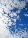 Flocky-Wolke und blauer Himmel lizenzfreies stockfoto