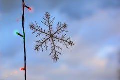 Floco de neve artificial no vidro fotografia de stock