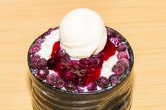 Floco de neve de Bingsu Gelo coreano que barbeia a sobremesa com mirtilo imagem de stock
