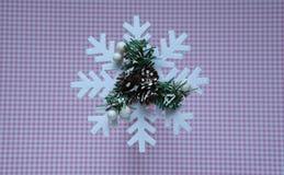 Floco de neve do Natal no fundo cor-de-rosa do às bolinhas, vista superior fotografia de stock