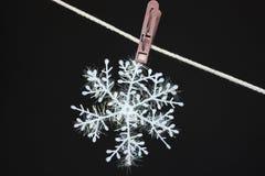 Floco de neve em um clothespeg Foto de Stock Royalty Free