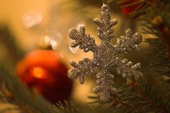 Floco de neve em uma árvore de Natal Fotos de Stock Royalty Free