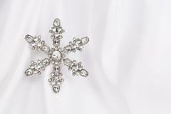 Floco de neve - Jeweled no cetim Fotos de Stock Royalty Free