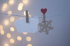 Floco de neve de madeira em um clothespeg em um fundo azul imagens de stock royalty free