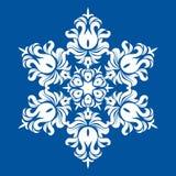 Floco de neve - mandala na cor branca no fundo azul Ornamento pelo ano novo do fim do Natal ilustração do vetor