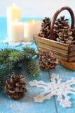 Flocon de neige à crochet, cônes de pin et bougies brûlantes Photos libres de droits