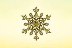 Flocon de neige énorme de scintillement sur un fond de ciel de coucher du soleil Concept d'hiver et de Noël illustration libre de droits