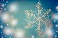 Flocon de neige blanc sur le fond bleu images stock