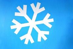 Flocon de neige blanc sur le fond bleu-clair Photographie stock libre de droits
