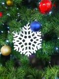 Flocon de neige, boules de jouet de différentes couleurs, lumières sur le fond d'arbre de sapin image stock