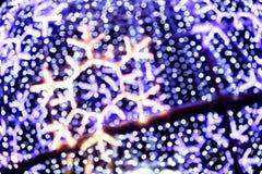 Flocon de neige brouillé sur le fond defocused du ligh bleu de Noël Photo stock