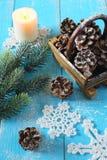 Flocon de neige, cônes de pin et bougie à crochet Images libres de droits