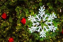 Flocon de neige d'éclairage sur un arbre de Noël Photos stock