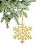 Flocon de neige d'or de Noël sur le ruban sur l'isolat de branche d'arbre de neige Photos libres de droits