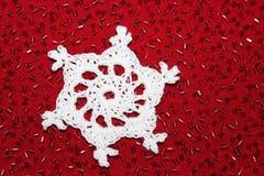 Flocon de neige de crochet avec le fond rouge de perle Images libres de droits