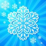 Flocon de neige de papier bleu sur le fond rayé Image stock
