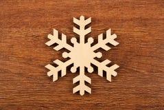 Flocon de neige en bois comme symbole de l'hiver sur un fond en bois photos stock