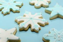 Flocon de neige et biscuits en forme d'étoile Photos stock