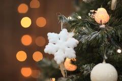 Flocon de neige de jouet de Noël sur l'arbre L'espace libre pour le texte Photo stock