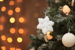 Flocon de neige de jouet de Noël sur l'arbre L'espace libre pour le texte Images libres de droits