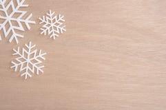 Flocon de neige pendant le Joyeux Noël et la bonne année sur la table photographie stock
