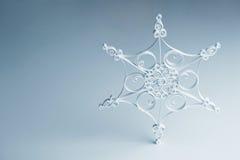 Flocon de neige quilling fait main - décoration de Noël photographie stock libre de droits