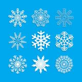 Flocon de neige réglé sur le fond bleu Photo stock