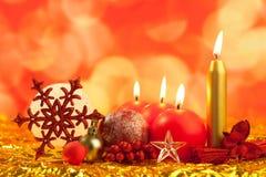 Flocon de neige rouge de Noël avec des bougies Photos stock