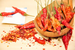 Flocon de piment et piment sec à l'intérieur de la cuillère en bois Images libres de droits