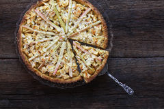 Flocons d'amande de tarte de la pâte de massepain de rhubarbe de cannelle d'Apple Photographie stock libre de droits