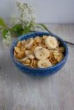 Flocons d'avoine dans un plat bleu Image libre de droits