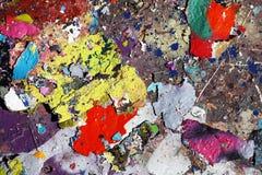 Flocons de couleur tombant à la terre images stock